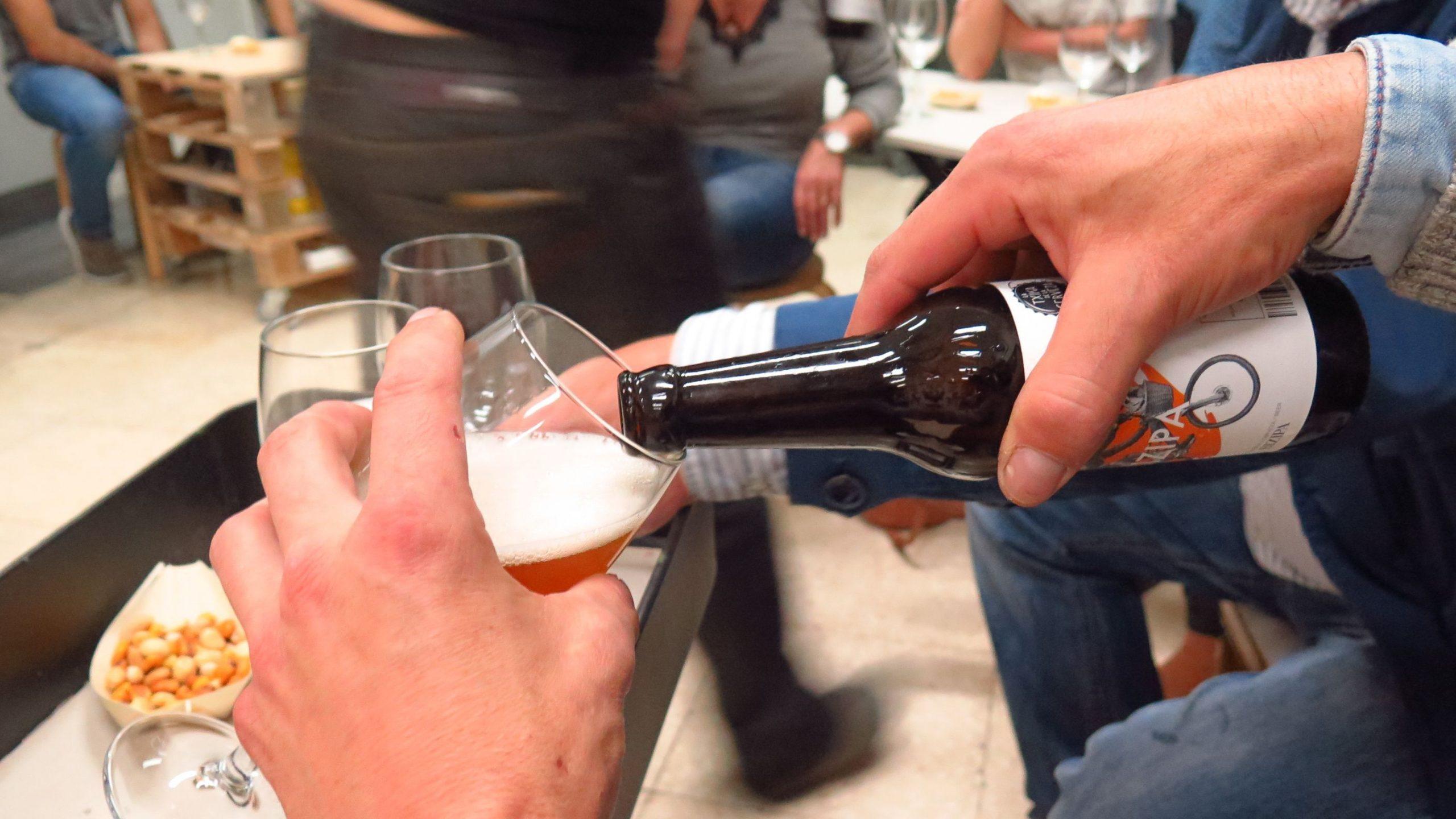 degustando una cerveza a catar